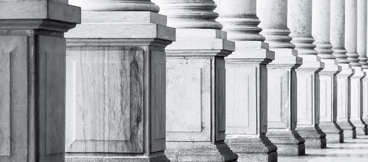 Row of columns wish square pedestals
